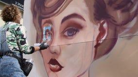Vrouwelijk de graffitiportret van de kunstenaarstekening stock video