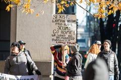 Vrouwelijk demonstratiesysteem bij politieke verzameling in Oregon stock afbeelding