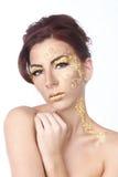 Vrouwelijk die Model met de Schoonheidsmiddelen van het Bladgoud wordt versierd Stock Afbeeldingen
