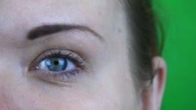 Vrouwelijk die oog met mascaraclose-up wordt geschilderd op een hromakey stock footage