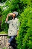 Vrouwelijk drinkt koffie in een de zomerpark Stock Afbeeldingen