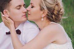 Vrouwelijk en mannelijk portret Dame en kerel in openlucht Huwelijkspaar in liefde, close-upportret van jonge en gelukkige bruid  Royalty-vrije Stock Afbeeldingen
