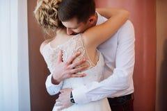 Vrouwelijk en mannelijk portret Dame en kerel in openlucht Huwelijkspaar in liefde, close-upportret van jonge en gelukkige bruid  Stock Foto's