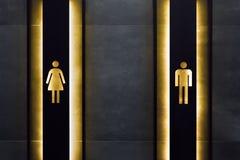 Vrouwelijk en mannelijk toiletteken Toilettekens in openbare ruimte Belangrijk tekens en symbolenconcept Eenvoudig Teken van WC stock fotografie