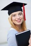 Vrouwelijk gediplomeerd holdingsboek stock afbeeldingen