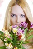 Vrouwelijk gezicht met gezonde huid en bloemen. Royalty-vrije Stock Fotografie
