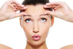 Vrouwelijk gezicht met rimpels op haar voorhoofd Royalty-vrije Stock Foto's