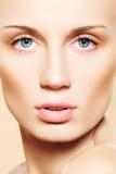Vrouwelijk gezicht met zuivere gezonde huid & lichte samenstelling Stock Foto's