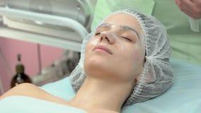 Vrouwelijk gezicht na hydrogelmasker stock videobeelden
