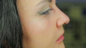 Vrouwelijk gezicht op het tijdstip van het toepassen van make-up profiel stock videobeelden
