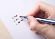 Vrouwelijk hand vullend onderzoek met ja, nr, misschien antwoorden Stock Afbeeldingen