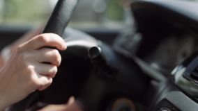 Vrouwelijk handclose-up op het stuurwiel van een auto Een vrouw drijft stock footage