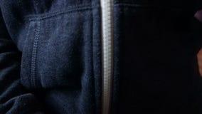 Vrouwelijk handenpit omhoog een hoodie in close-up stock videobeelden