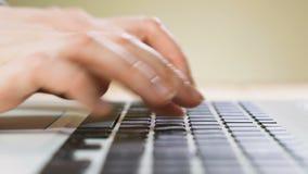 Vrouwelijk handentype op laptop toetsenbord stock footage