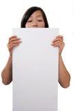 Vrouwelijk holdings leeg wit teken stock foto