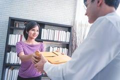 Vrouwelijk huis bedrijfseigenaar behandelend pakket aan klant royalty-vrije stock afbeelding