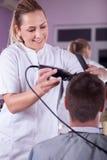 Vrouwelijk kappers scherp haar met clipper stock fotografie