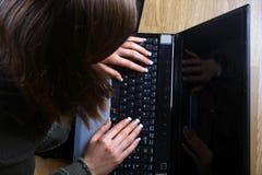 Vrouwelijk kijk op laptop computer Stock Foto