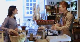 Vrouwelijk klant het kopen brood van brood stock video