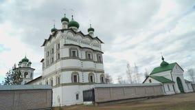 Vrouwelijk klooster met koepels en Orthodoxe kruisen stock videobeelden