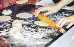 Vrouwelijk kok rollend deeg met rollen-speld De mening van de close-up Royalty-vrije Stock Fotografie