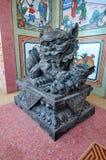 Vrouwelijk leeuw en welpstandbeeld in Chinees heiligdom, Thailand stock afbeeldingen