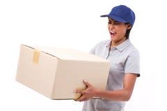 Vrouwelijk leveringspersoneel die de zware doos van het pakketkarton dragen Royalty-vrije Stock Fotografie