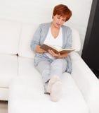 Vrouwelijk lezingsboek Royalty-vrije Stock Afbeelding