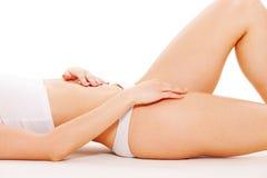 Vrouwelijk lichaam in wit ondergoed Stock Fotografie