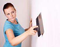 Vrouwelijk maak reparaties in de flat stock fotografie