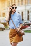 Vrouwelijk manierconcept Openluchtportret van jonge mooie zekere dame die op de straat lopen Het model modieus dragen Stock Fotografie