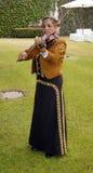 Vrouwelijk mariachi het spelen viool zijschot royalty-vrije stock afbeelding