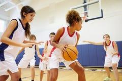 Vrouwelijk Middelbare schoolbasketbal Team Playing Game Stock Foto