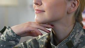 Vrouwelijk militaircamouflage eenvormig het glimlachen close-up, strijdkrachten, patriottisme stock videobeelden