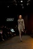 Vrouwelijk model bij een modeshow door Kiseleva Collect royalty-vrije stock afbeeldingen