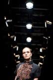 Vrouwelijk model bij een modeshow door Persomage Collec Stock Afbeeldingen