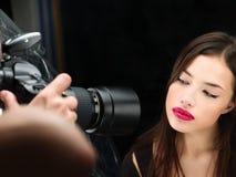 Vrouwelijk model bij foto het shoting in studio Royalty-vrije Stock Afbeelding