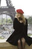 Vrouwelijk model in de rode toren van hoedenEiffel Stock Foto