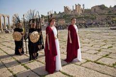 Vrouwelijk model gekleed in oud Roman kostuum Stock Foto's