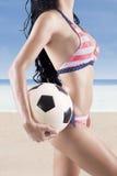 Vrouwelijk model met bikini en voetbalbal royalty-vrije stock foto's