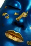 Vrouwelijk Model met blauwe Huid en gouden Lippen De make-up van Halloween stock foto's