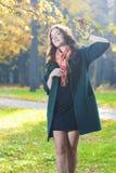Vrouwelijk Modelstanding in fall Forest Outdoors royalty-vrije stock fotografie