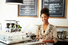 Vrouwelijk Personeel in Koffiewinkel stock foto's