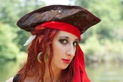 Vrouwelijk Piraatmeisje met Rode Bandana Stock Foto's