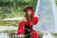 Vrouwelijk Piraatmeisje met Rode Bandana op boot Stock Afbeelding