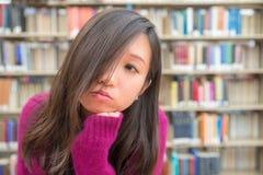 Vrouwelijk Portret in Bibliotheek Stock Foto