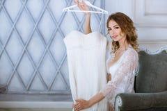 Vrouwelijk portret van leuke dame in witte robe binnen Royalty-vrije Stock Afbeelding
