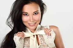 Vrouwelijk portret van leuke die dame op een witte achtergrond wordt geïsoleerd stock afbeeldingen