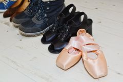 Vrouwelijk schoeneninzameling en ballet pointe royalty-vrije stock afbeeldingen