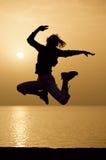 Vrouwelijk silhouet en zonsopgang Royalty-vrije Stock Afbeeldingen
